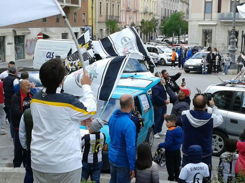 Tifosi in strada per festeggiare i campioni d'Italia FOTO