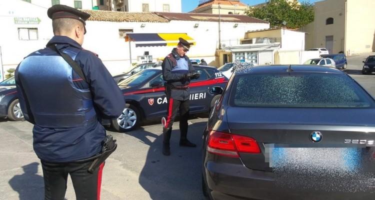 Blocca il traffico e insulta i Carabinieri che lo sanzionano, denunciato 70enne