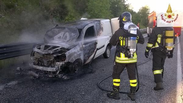 Paura sulla Trignina per un veicolo in fiamme