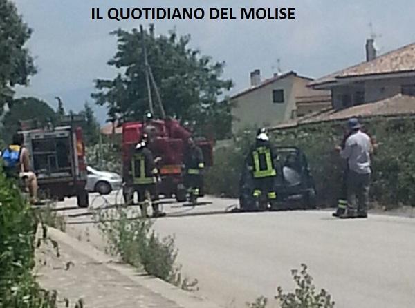 Auto a fuoco, illeso il conducente