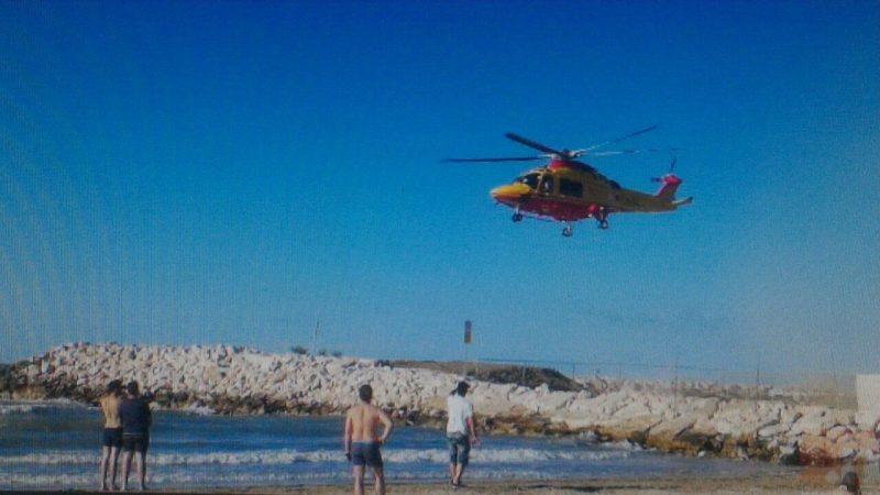 Si tuffa in mare per salvare 3 bambini, isernino in gravi condizioni