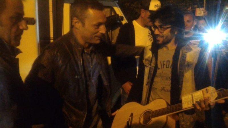 """Alex Britti ha """"quasi"""" accettato la chitarra: Luca Testa racconta l'incontro col cantante"""