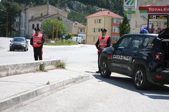 Fermati dai Carabinieri, spuntano lame illegali. Denunciato