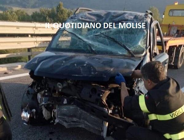 Auto si ribalta, due giovani in ospedale