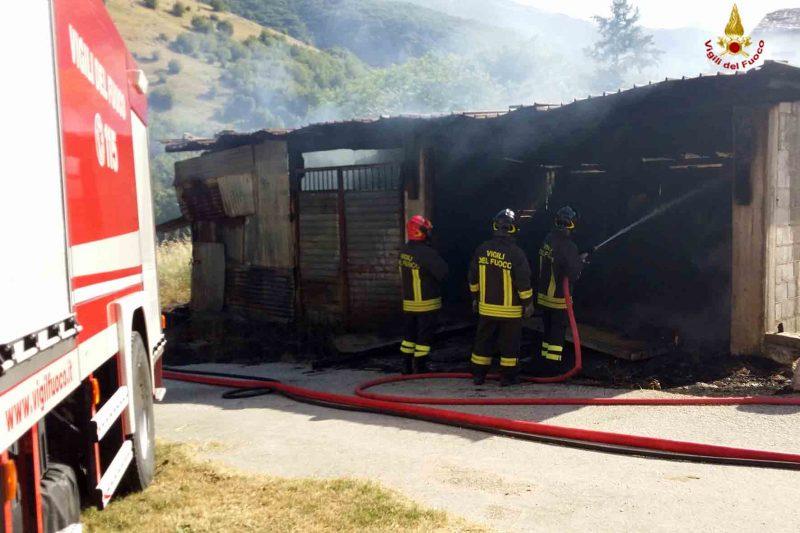 Capannone distrutto dalle fiamme a Castellone