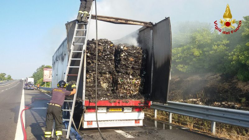 A fuoco camion di rifiuti sulla A14