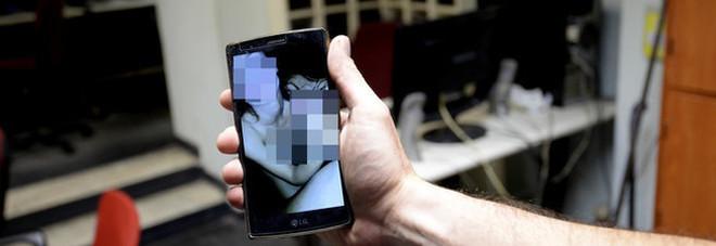 Pubblica filmini hard della ragazza su Facebook, denunciato ex fidanzato (e altri due giovani)