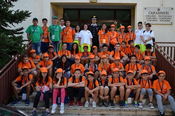 Ragazzi del campo scuola della Protezione Civile in visita ai Carabinieri