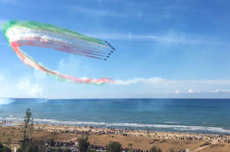 Emozioni e spettacolo puro, le Frecce Tricolori incantano la costa