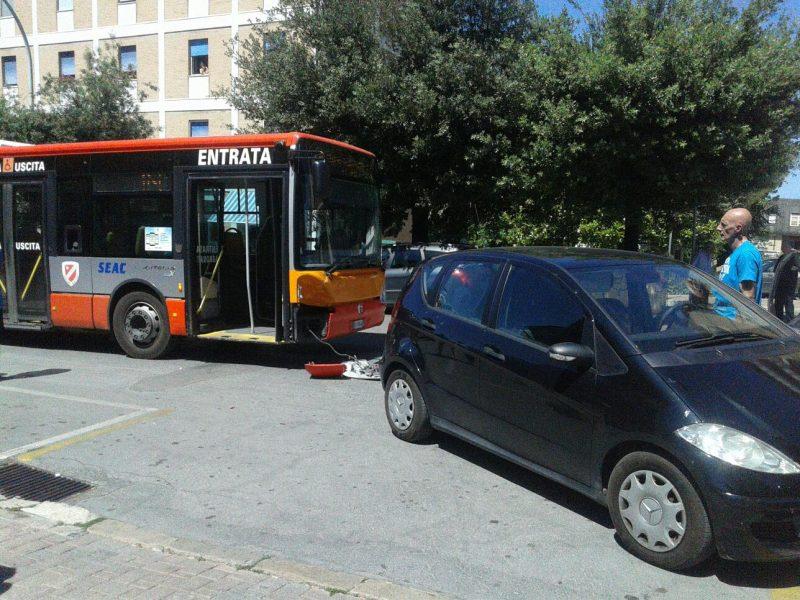 Tamponamento in via XXIV Maggio, coinvolto un autobus di città