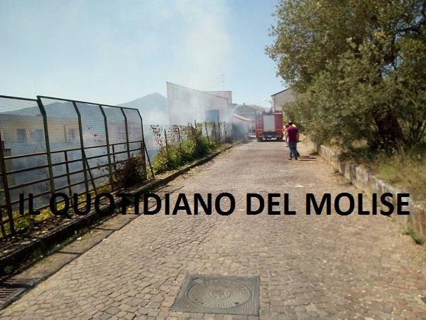 Incendio a Venafro, lambite le case (FOTO)