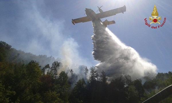Incendi, continua a bruciare l'hinterland pentro: Canadair in azione