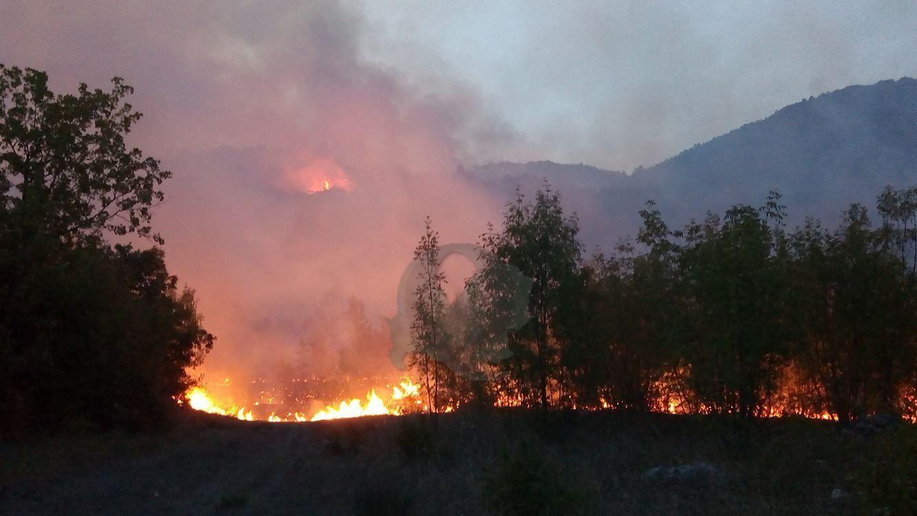 Vasto incendio al confine con il Pnalm, uomini e mezzi in azione per salvare un territorio di alto pregio (FOTO E VIDEO)
