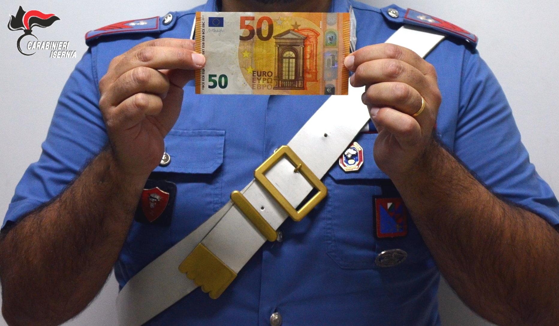 Tenta di spendere 50 euro false, fermata dai Carabinieri
