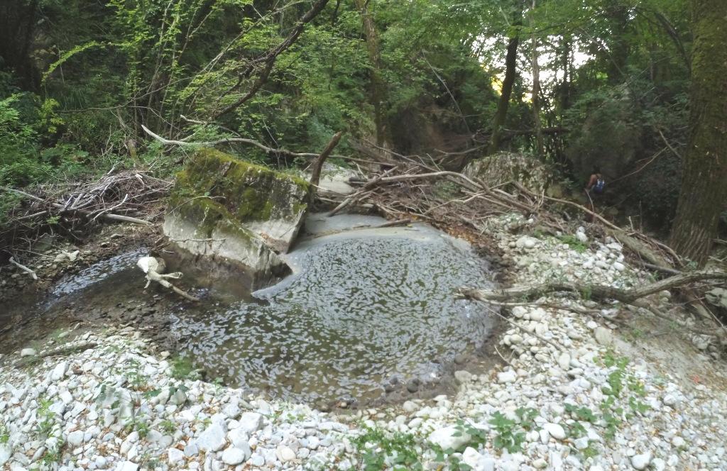Schiuma sospetta nel fiume Verrino. E intanto nessuno vieta la balneazione
