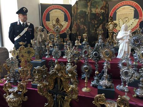La statua di San Michele in casa di un medico legale con un museo di opere rubate