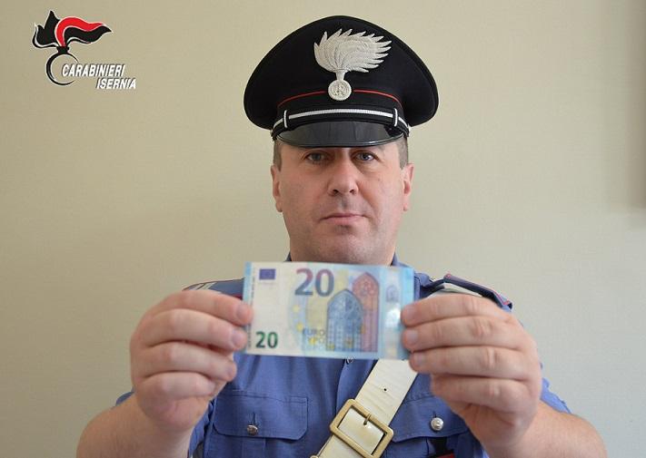 Paga la spesa con venti euro false, denunciato un 30enne
