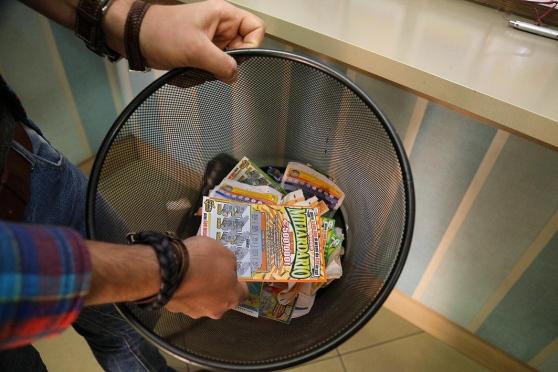 Gratta e Vinci 'usati': a Venafro c'è chi (ri)tenta la fortuna pescando tra i rifiuti