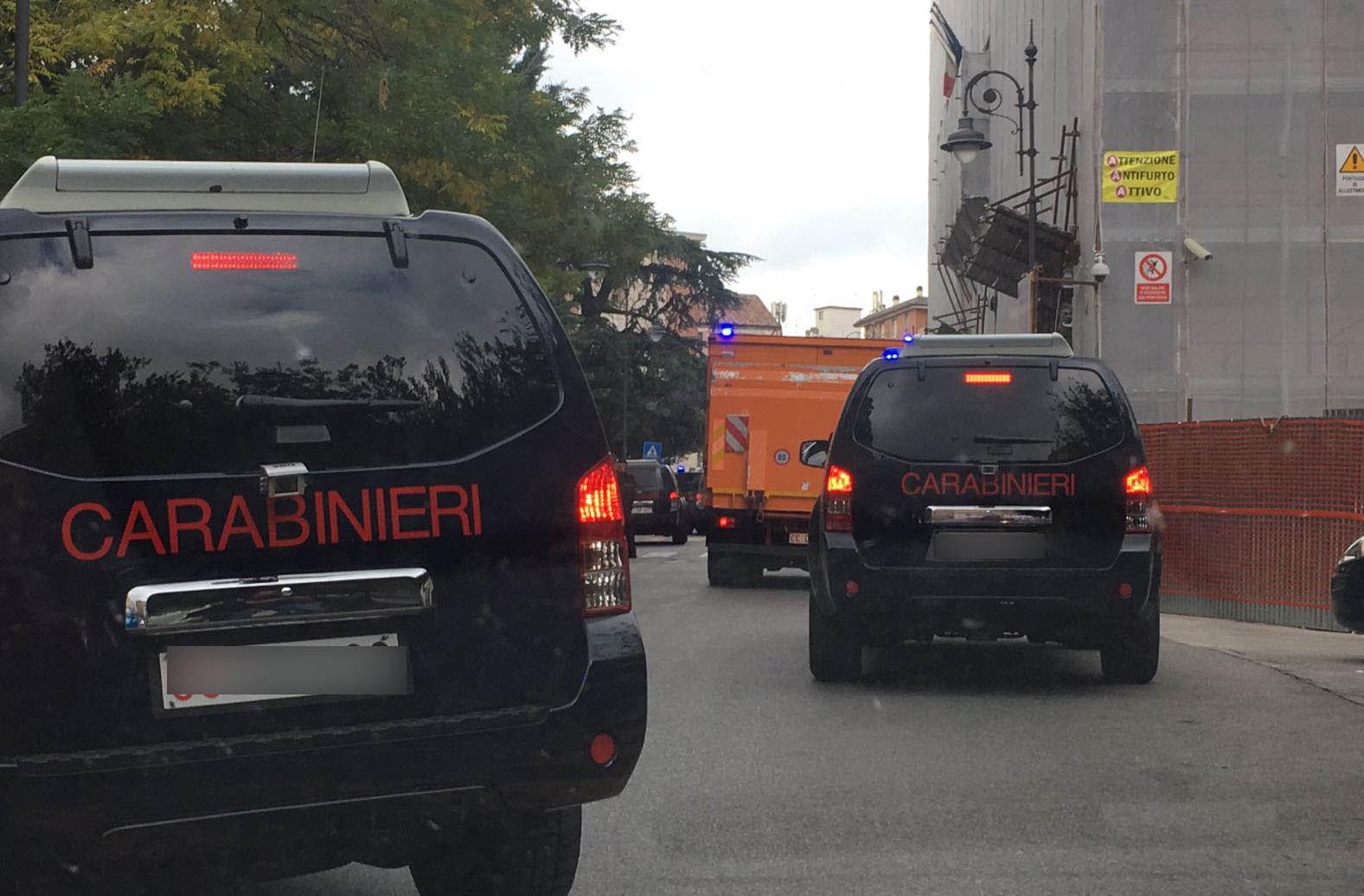 Camion scortati dai Carabinieri, curiosità e traffico in tilt in città