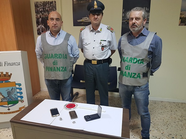 Droga, arrestato corriere: sotto sequestro un etto di hashish