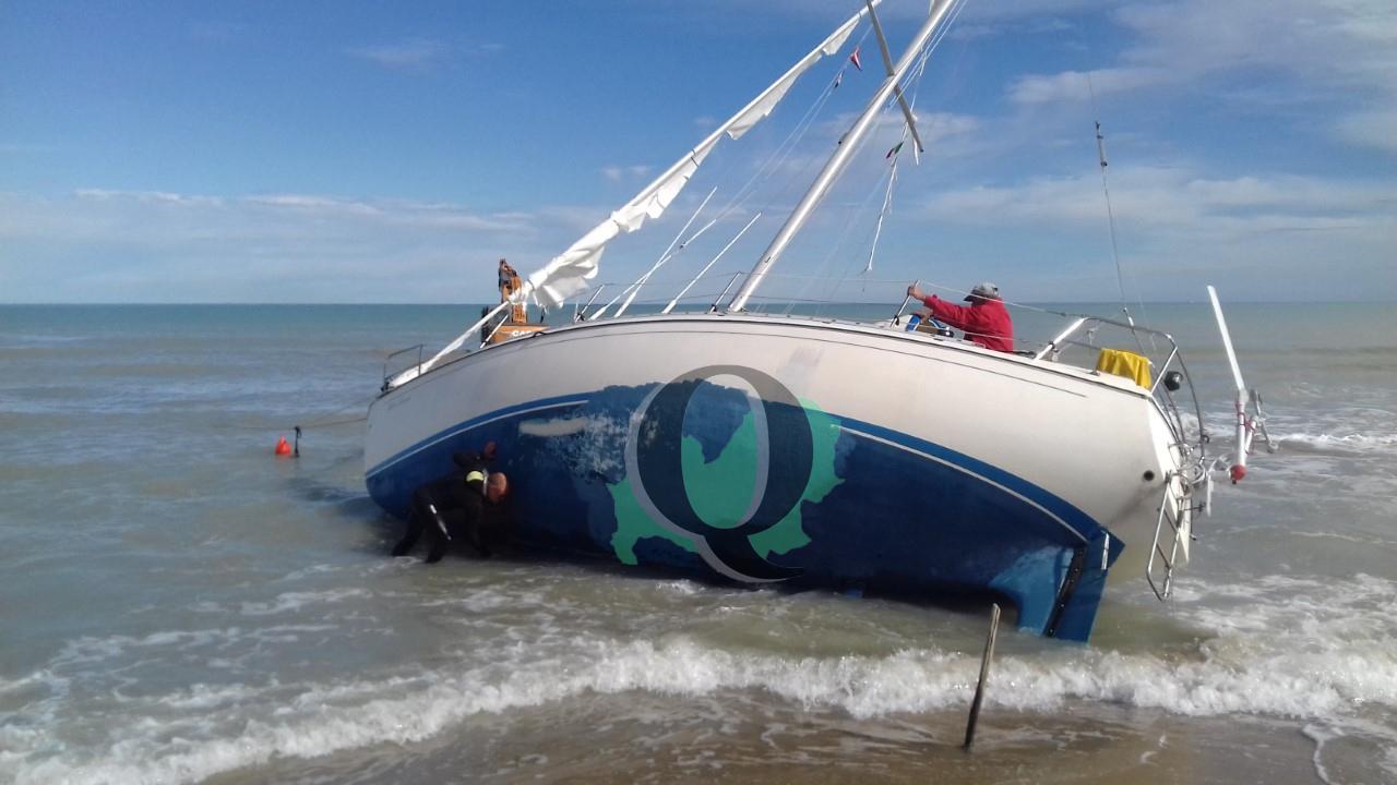 Si 'spiaggiano' sul lungomare Nord, salve due persone a bordo di una barca