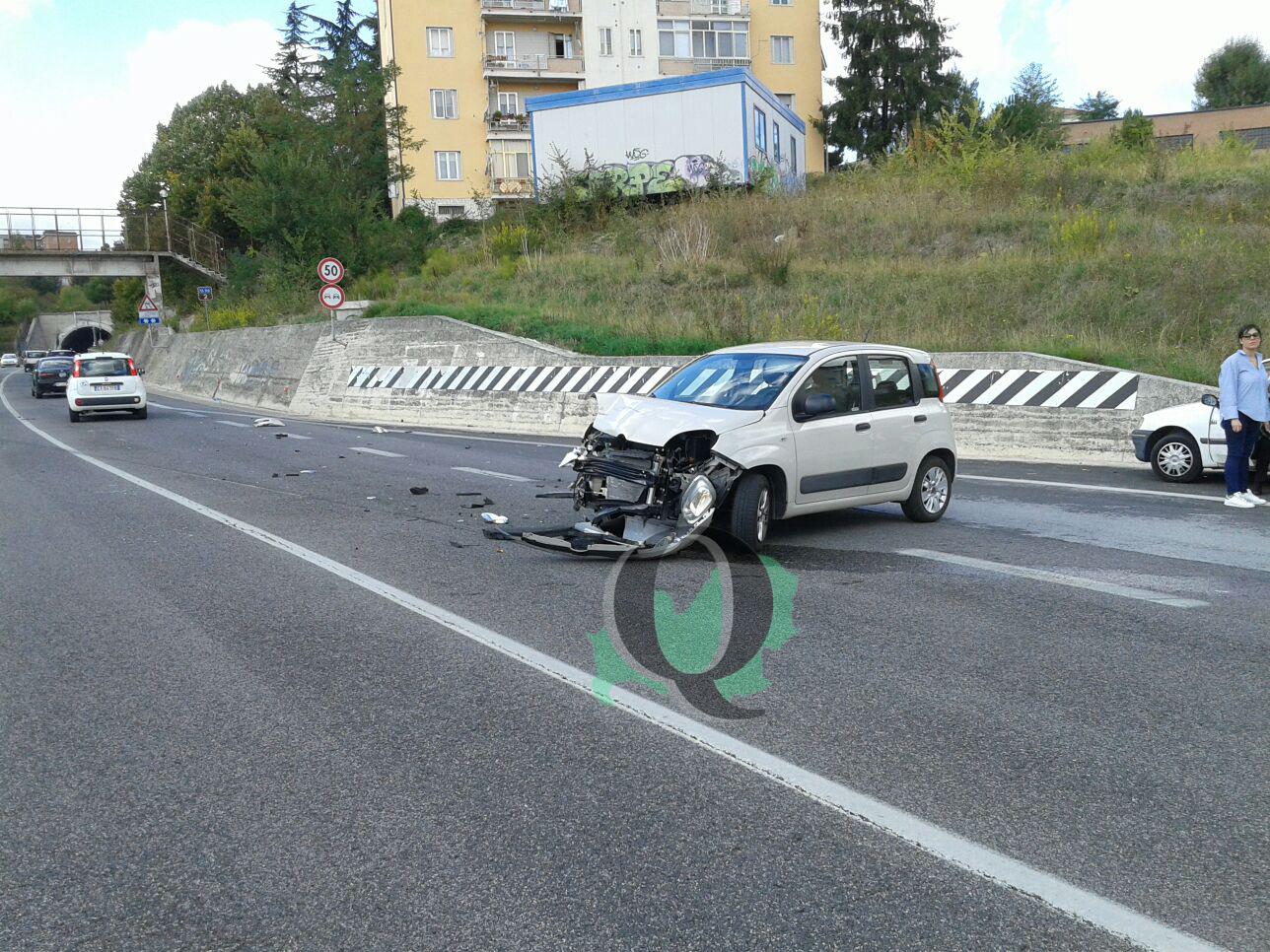 Scontro in tangenziale, feriti i conducenti: veicoli sulle auto in sosta
