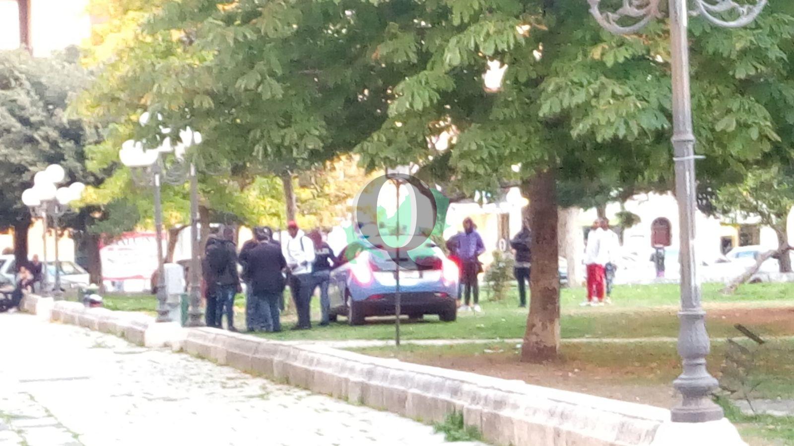 Blitz della polizia nella villa dei Cannoni, perquisito un gruppo di migranti