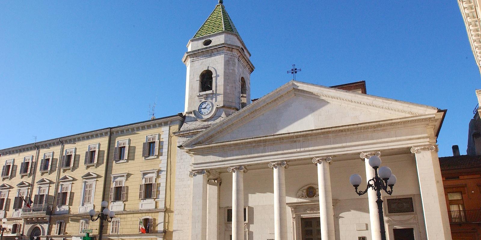 """P.zza Pepe blindata. Cattedrale irraggiungibile, don Michele Tartaglia:""""Tanto vale che chiuda la chiesa"""""""