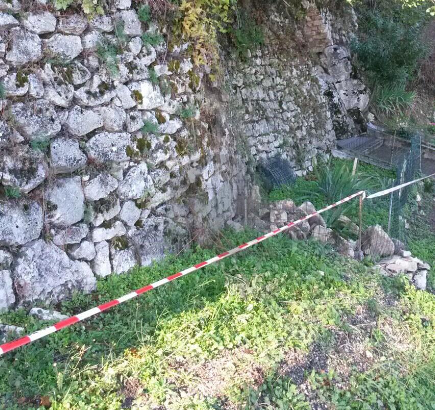 Salita del Castello interessata da piccole frane, intervento dei Vigili del Fuoco
