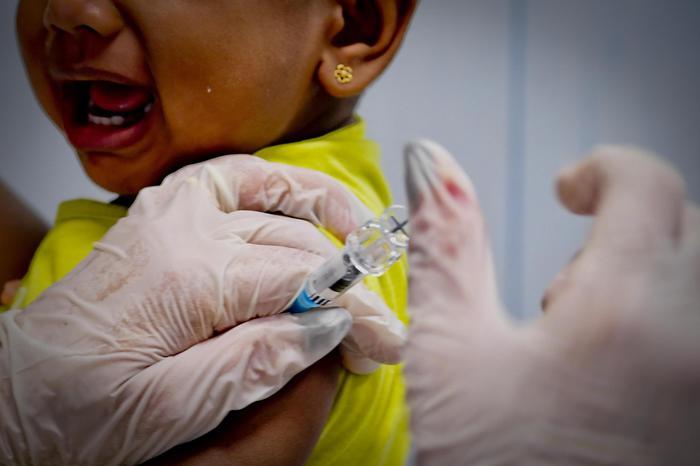 Fingeva di vaccinare i bambini, infermiera licenziata