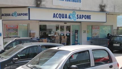 Ladri di cosmetici in azione da 'Acqua & Sapone' smascherati dalle telecamere