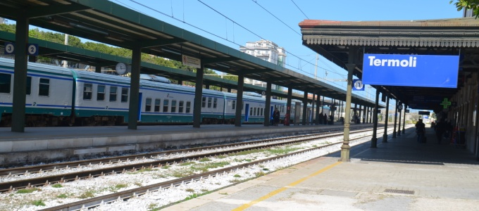 Cane si getta sui binari, traffico ferroviario in tilt in basso Molise