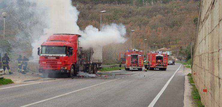 Camion a fuoco nel venafrano, tempestivo l'intervento dei Vigili del Fuoco