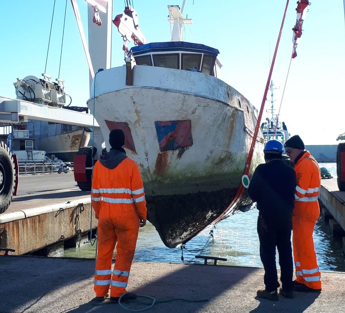 Peschereccio si inabissa al porto, recuperato dalla Capitaneria senza conseguenze