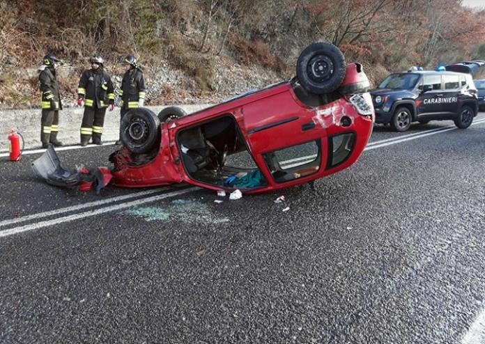 Castelpetroso, auto si ribalta. Due feriti