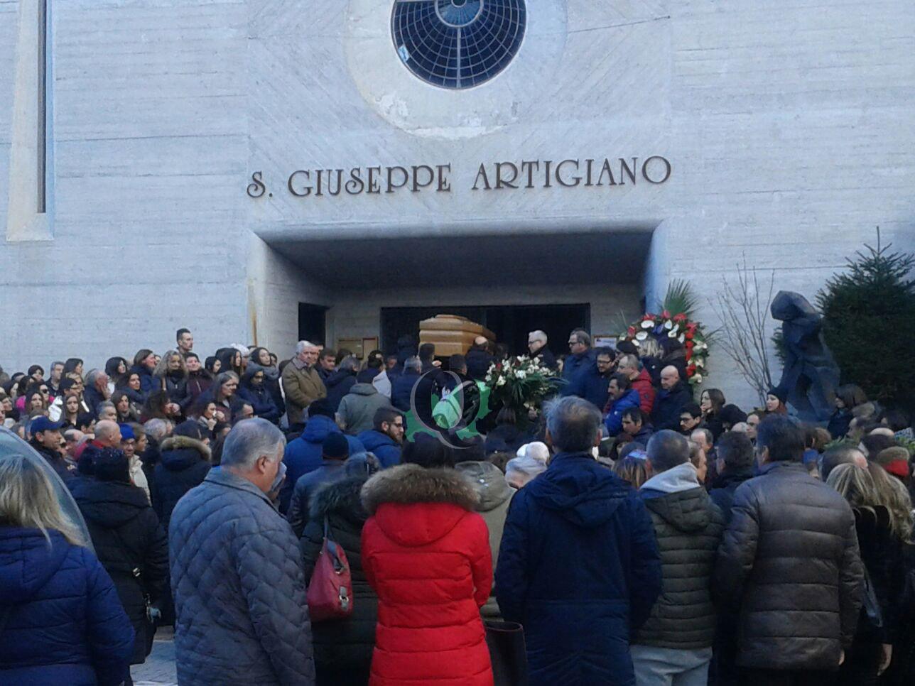La città si stringe per l'ultimo saluto ad Alessandro (FOTO)