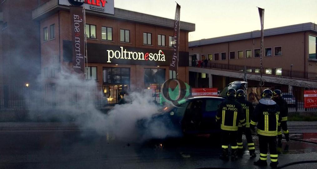 Auto in fiamme alla zona industriale, intervengono i Vigili del Fuoco (foto)