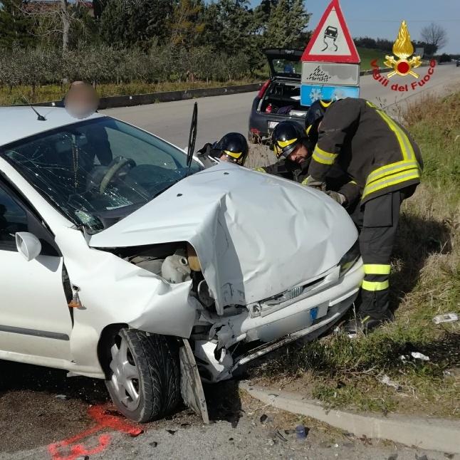 Finisce con l'auto sul muretto dell'Eurospin, un ferito