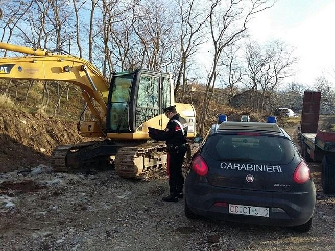 Assegno falso per un escavatore, due denunce per truffa