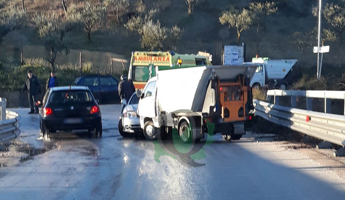Asfalto ghiacciato, scontro tra auto a Mirabello