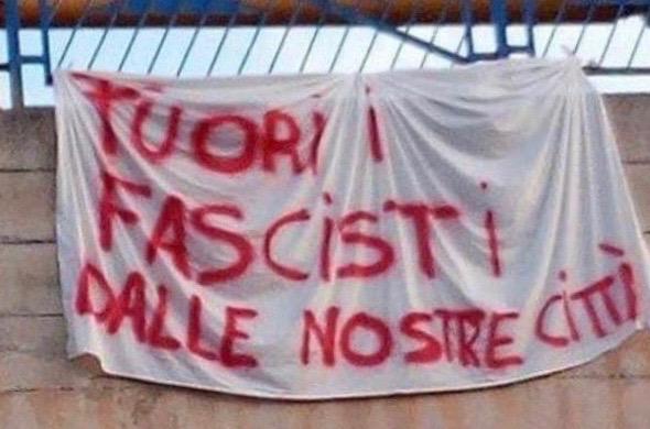 """Spunta striscione al Terminal: """"Fuori i fascisti dalle nostre città"""""""