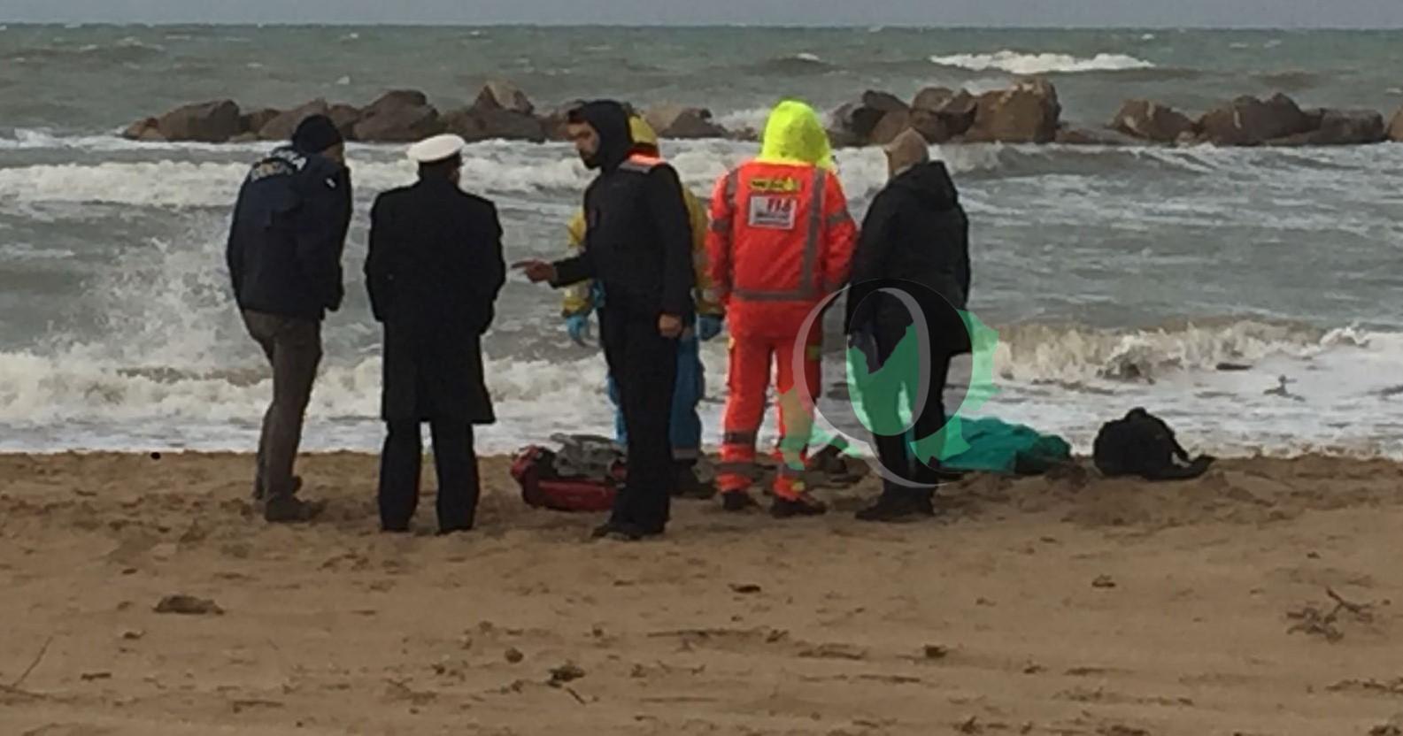 Ultim'ora – Donna morta sulla spiaggia, indagini in corso