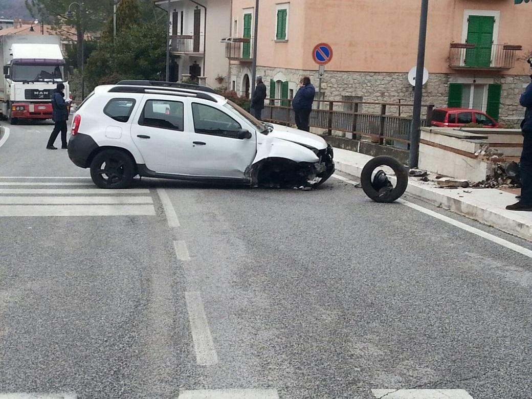 Auto sbanda salendo sul marciapiede e si schianta