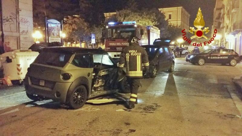 Scontro tra auto e minicar in pieno centro, due giovani in ospedale