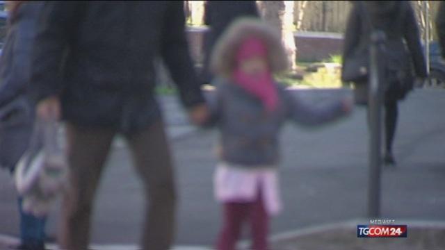 Fanno prostituire la figlia di 9 anni per 30 euro: arrestati
