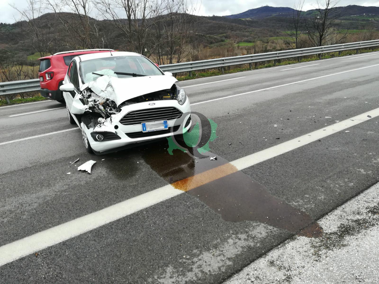 Tamponamento lungo SS 647 tra auto e pullman, un ferito (foto)