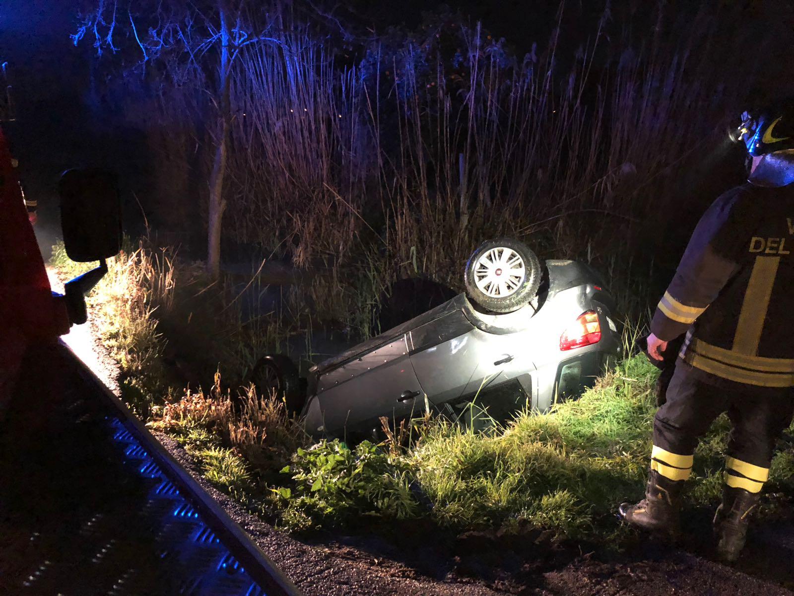 Auto esce fuori strada e si ribalta, illesi i due giovani a bordo