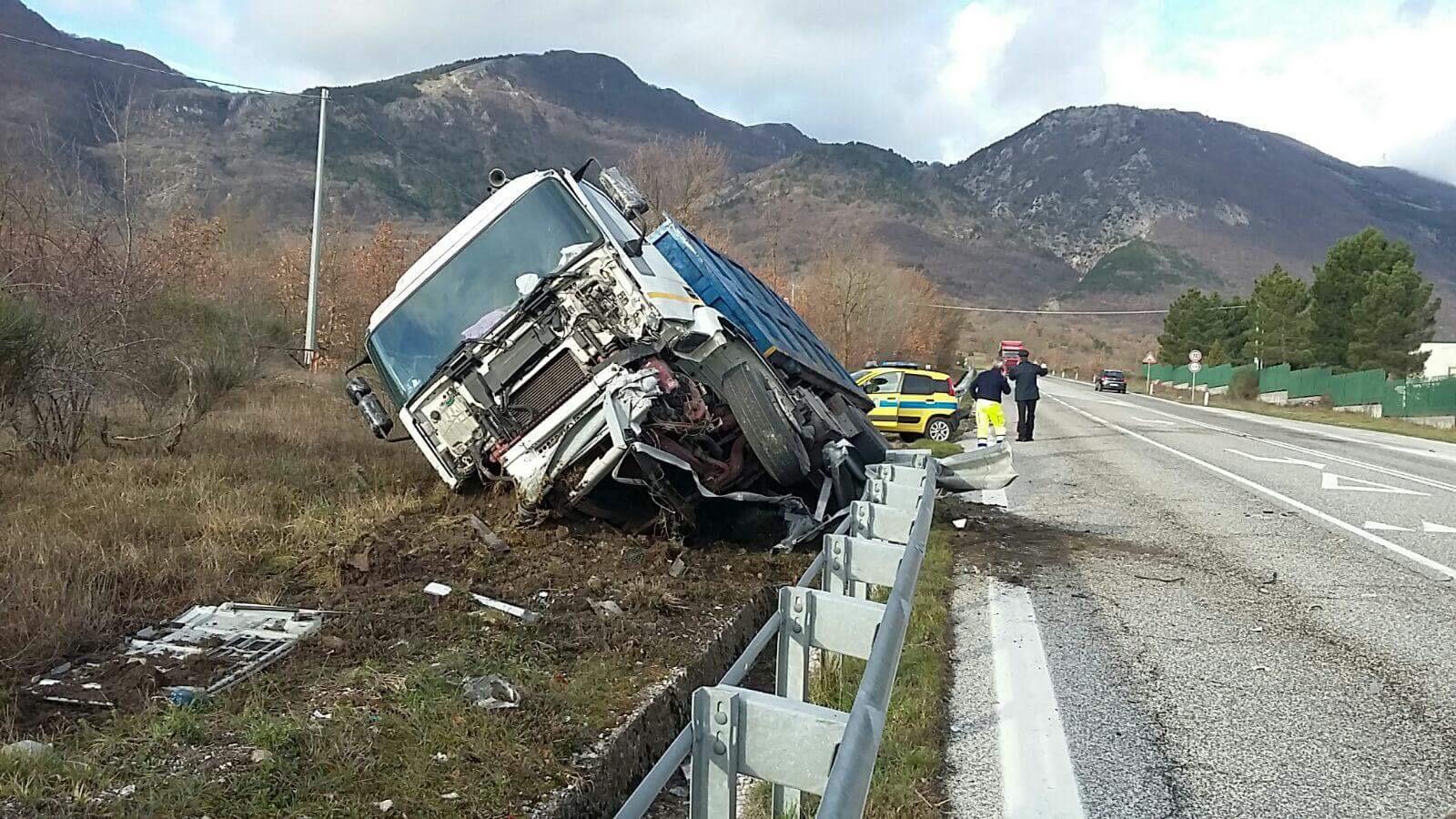 Camion fuori strada, illeso il conducente