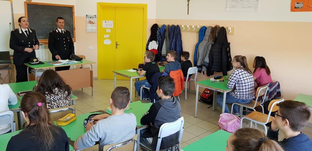 Carabinieri in classe per parlare di droga e bullismo