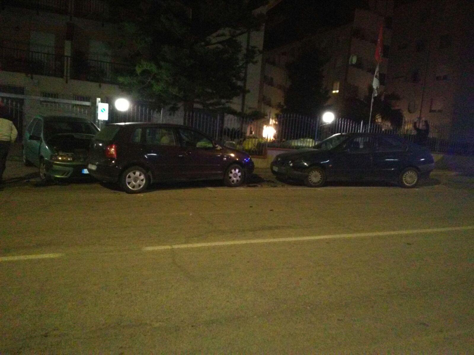 Ubriaco al volante fa fuori alcune auto in sosta